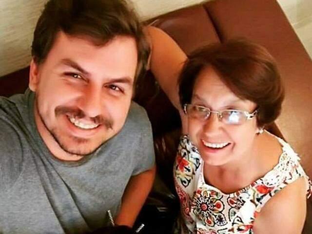 Tony e Glacy. Filho e mãe que hoje sentem o vazio que fica na casa quando um se vai. (Foto: Arquivo Pessoal)