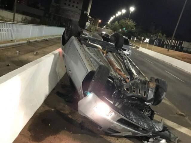 Carro derrapou por 50 metros na Afonso Pena, bateu na proteção do pontilhão e capotou. (Foto: Direto das Ruas)