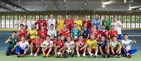 Com camisas de seleções rivais, russos dão boas vindas à Copa