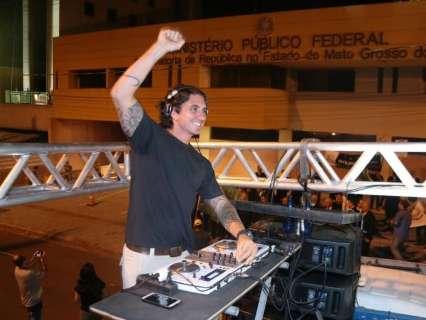 DJ se une a manifestação e transforma protesto em balada na Afonso Pena