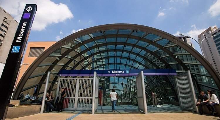 A estação Moema fica na Praça Nossa Senhora Aparecida, também na Avenida Ibirapuera