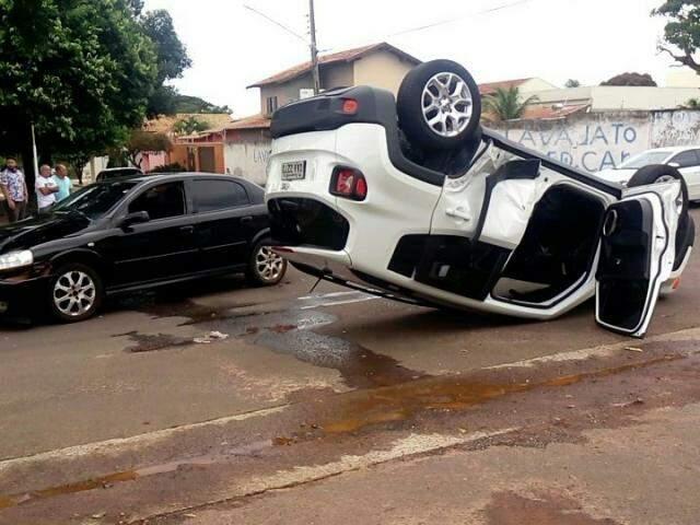 Colisão seguida de capotamento não deixou feridos, segundo relato ao Campo Grande News. (Foto: Direto das Ruas)