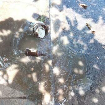 A água que jorra pelo vazamento, se espalhou por toda a rua.(Foto:Direto das Ruas)