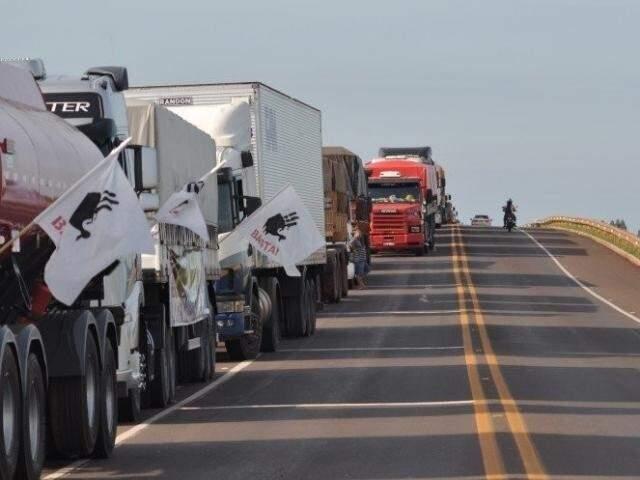 Fila de caminhões durante greve da categoria no começo do ano passado. (Foto: Arquivo)