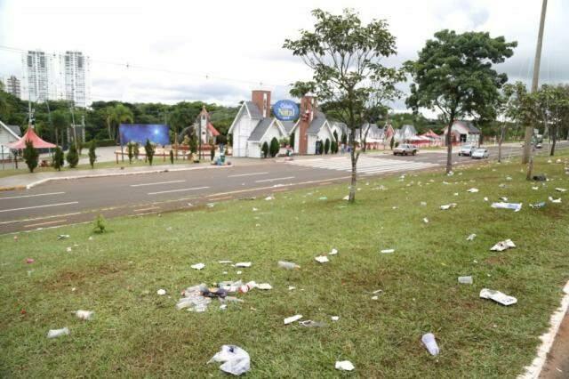Materiais espalhados pelo canteiro central da Avenida Afonso Pena. (Foto: Paulo Francis)