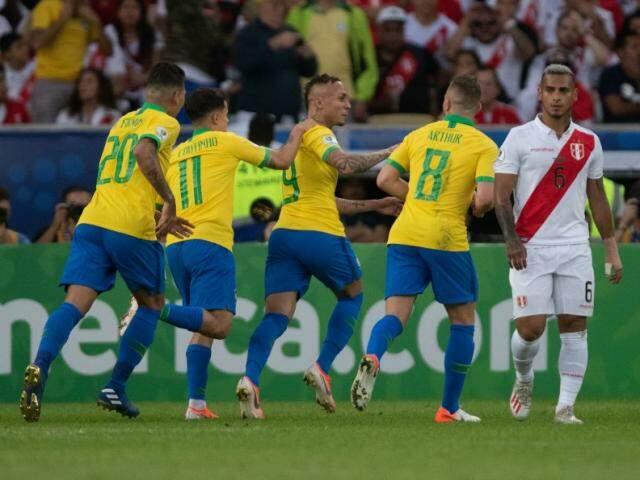 Jogadores do Brasil comemoram gol de Cebolinha no Maracanã (Foto: Mowa Press)