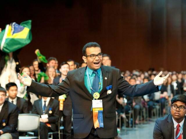 Luiz Fernando na premiação Intel ISEF em 2016 quando ganhou o primeiro lugar na categoria engenharia biomédica (Foto: Society for Science)