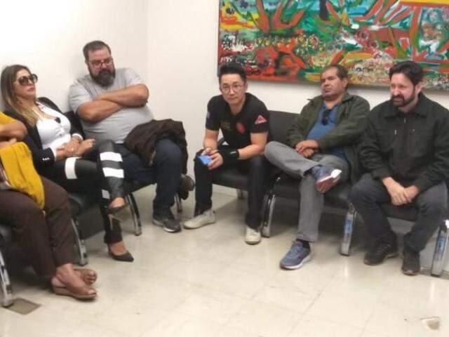Servidores aguardam resultado de reunião que trata do reajuste e abono salarial (Foto: Mayara Bueno)