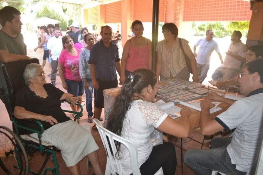 Eleitores do Paraguai neste domingo (22) em um dos locais de votação (Foto: ABC Color)