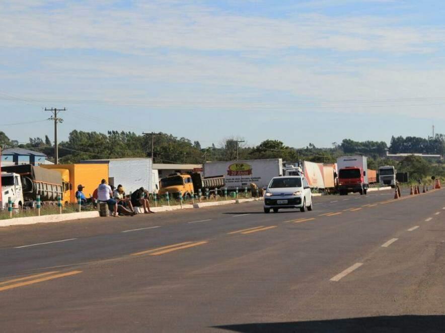 Caminhões parados no acostamento e pátio de posto de combustíveis na BR-163, em Campo Grande (Foto: Marina Pacheco)