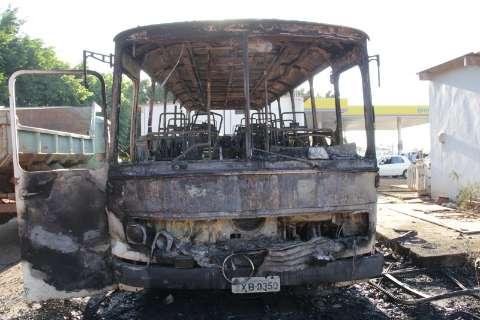 Ônibus incendiado em posto pertence a associação de militares