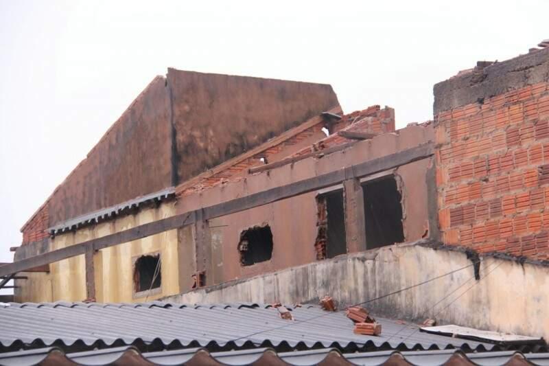 Entulho de casa em obras assusta moradores vizinhos no Coophavilla II. (Foto: Alan Nantes)