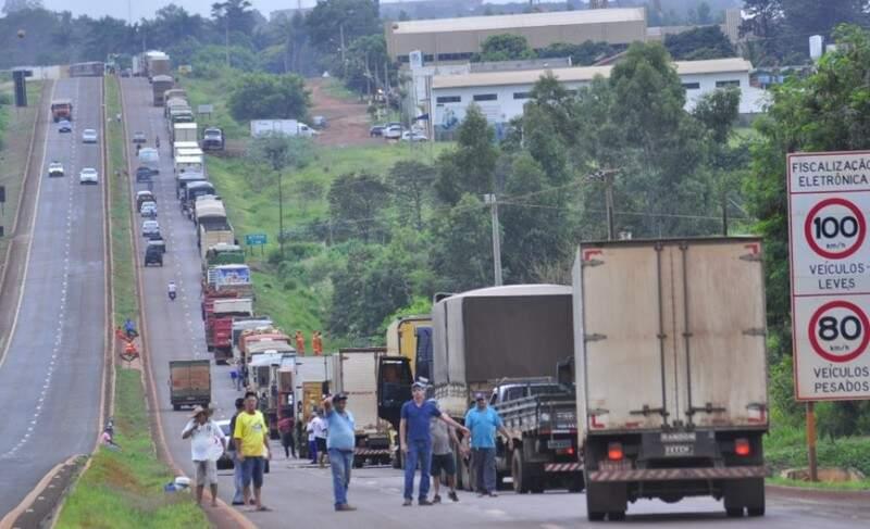 Protesto realizado ontem na rodovia BR-163, em Dourados. (Foto: Eliel Oliveira).
