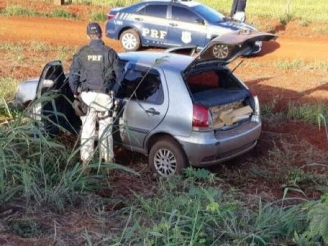 Agente da PRF vistoriando o veículo com a droga. (Foto: Rio Brilhante em Tempo Real)