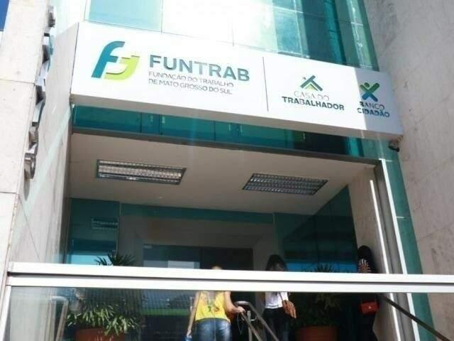 Interessados em vagas podem procurar a Funtrab na rua 13 de maio. (Foto: Henrique Kawaminami)
