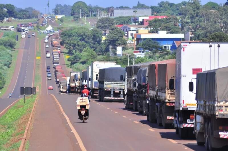 Fila de caminhoneiros já se forma; pista está interditada desde às 8h20. (Foto: Eliel Oliveira)