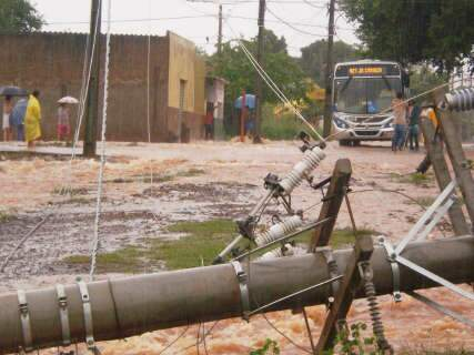No Jardim Carioca, chuva abre cratera de 3 metros e derruba postes