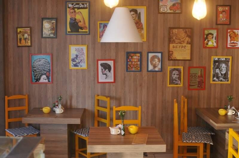 Gracioso, café é aconchegante pelos quadrinhos, cadeiras e pela música ambiente. (Foto: Alcides Neto)