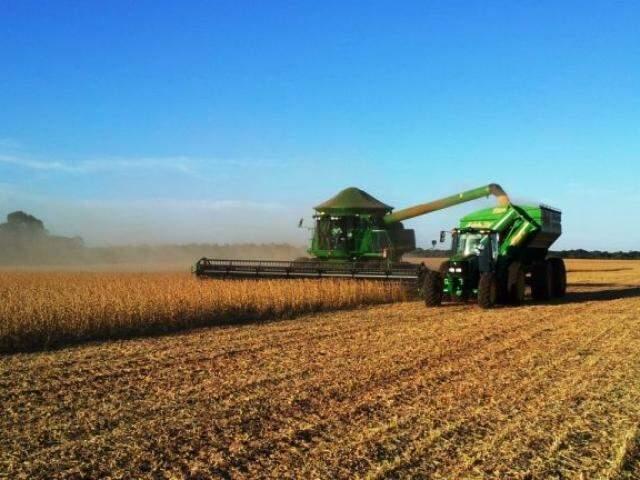 Colheita em lavoura de soja de Mato Grosso do Sul, um dos setores que mais movimenta a economia do Estado.  (Foto: Divulgação)
