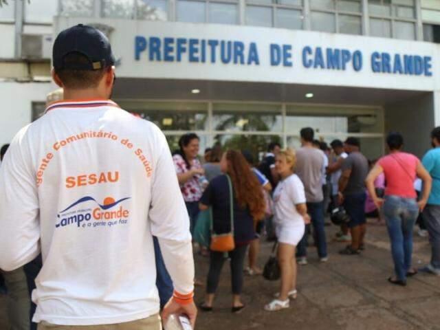 Prefeitura de Campo Grande. Servidores permanecem por lá em protesto. (Foto: Fernando Antunes)