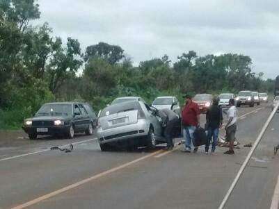 Carro envolvido no acidente com ônibus nesta manhã (Foto: Direto das Ruas)