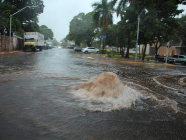 Em Nova Andradina, sistema de drenagem não suportou quantidade de água, que transbordou de bueiros. (Foto: Almir Portela/Nova News)