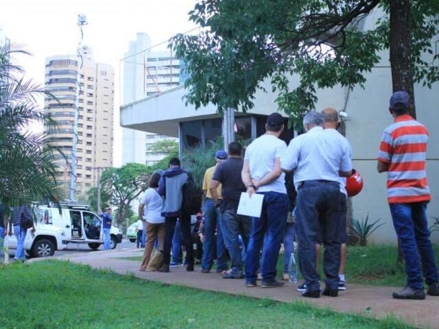 Contribuintes na fila de espera para renegociar dívidas, em outubro passado. (Foto: Marina Pacheco/Arquivo).