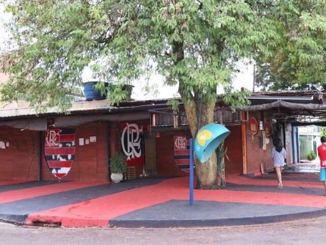 Bar dos flamenguistas está localizado na Rua Naviraí. (Foto: Henrique Kawaminami)