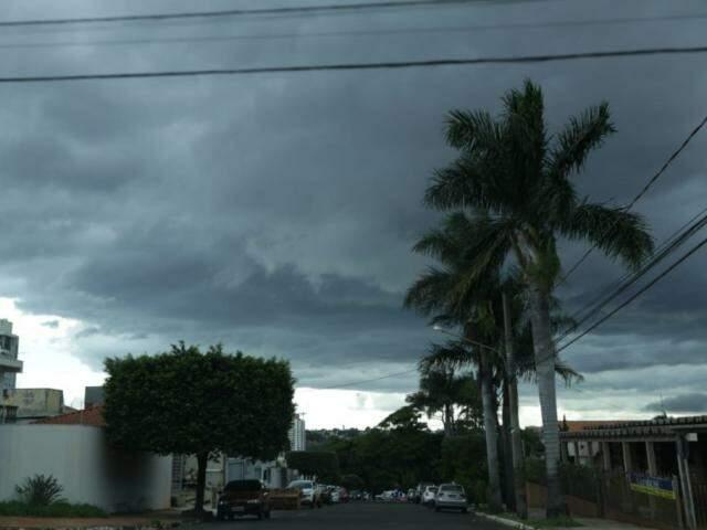 Nuvens carregadas no Bairro Jardim dos Estado na tarde desta segunda-feira em Campo Grande (Foto: Kísie Ainoã)