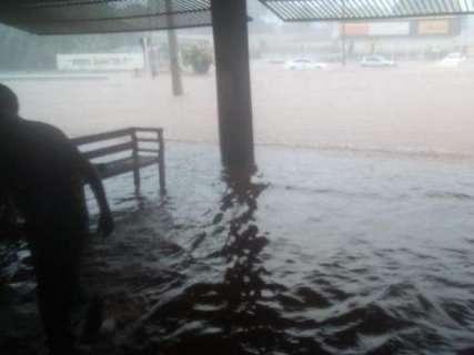 Frente fria traz chuva forte e já alaga ruas em várias regiões da Capital