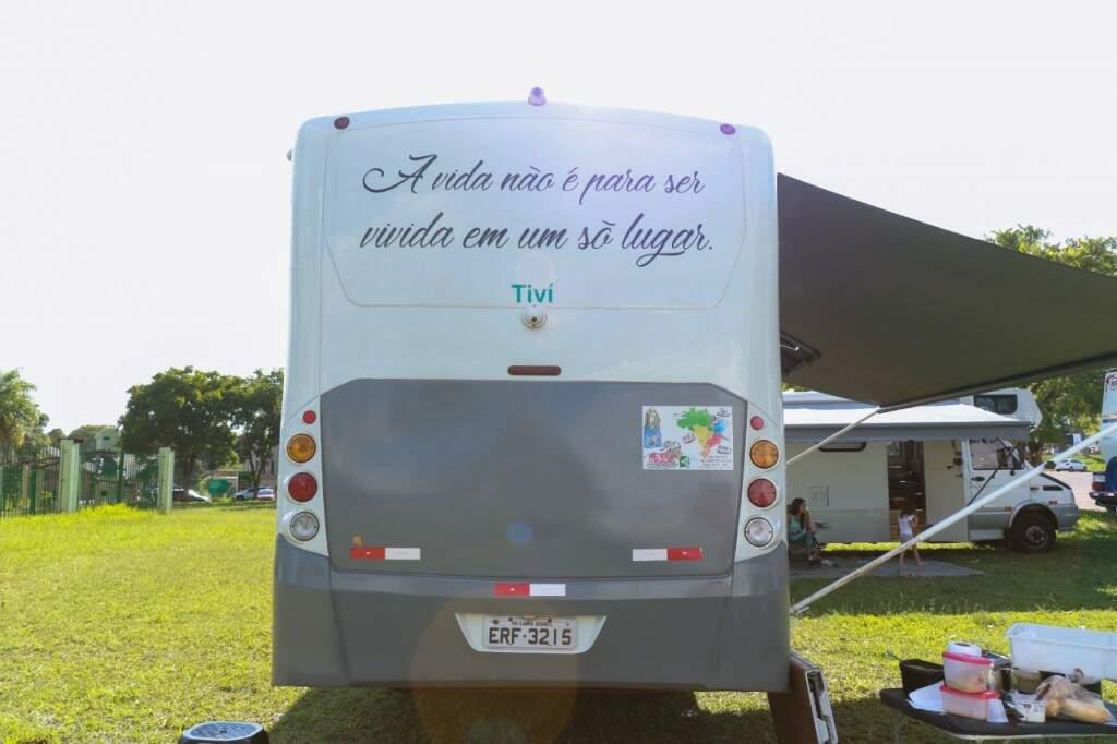 """""""A vida não é para ser vivida em um lugar só"""", lema que Altevir fez questão de estampar (Foto: Henrique Kawananwmi)"""