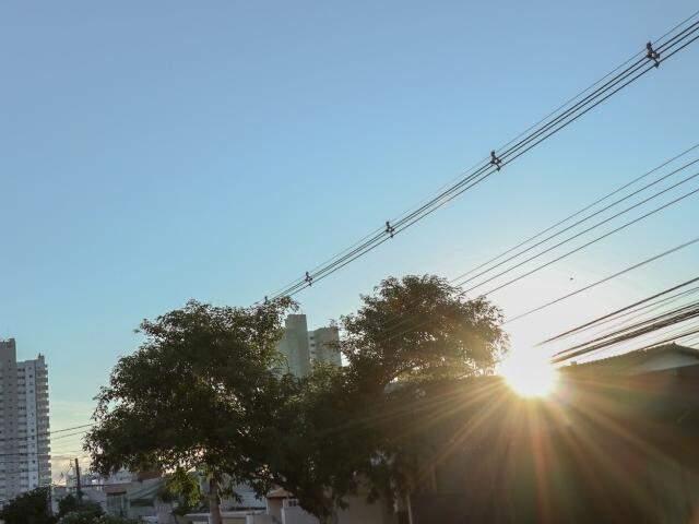 Sol brilha forte nas primeiras horas do dia, mas há previsão de chuva para o período da tarde (Foto: Henrique Kawaminami)