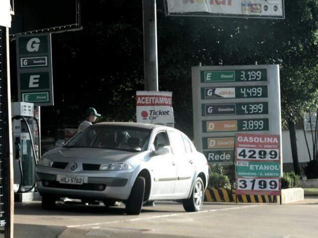 Posto vendendo gasolina dentro do teto estabelecido em acordo com o Procon (Foto: Saul Schramm)