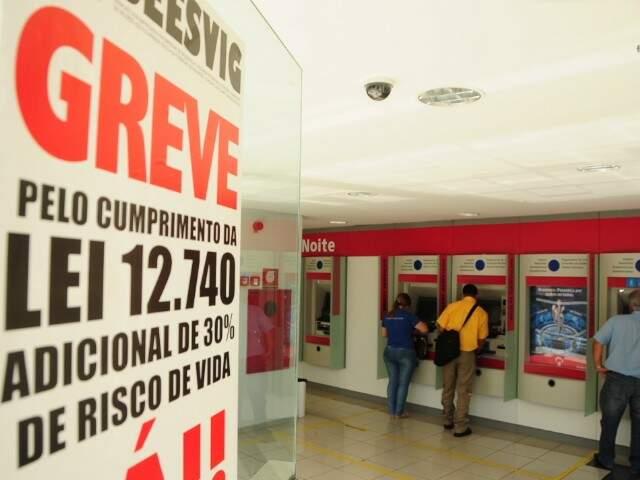 Vigilantes estão em greve desde a sexta-feira passada, o que prejudica atendimento nos bancos. (Foto: Rodrigo Pazinato)