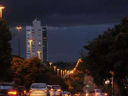 Chuva forte e ventania marcam mudança de clima em Campo Grande