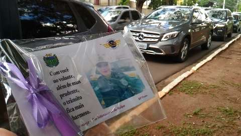 Mulheres recebem homenagens com cartão e batom na Afonso Pena
