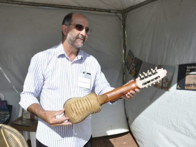 Carlos Luiz e o charango boliviano. Instrumento é feito com casco de tatu. (Foto: Marcelo Calazans)