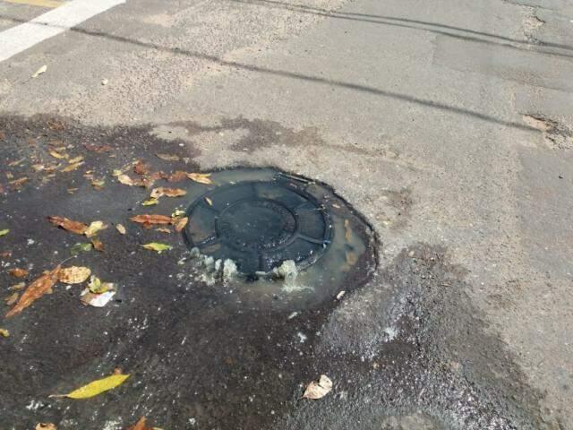 Vazamento de esgoto no Bairro Maria Aparecida Pedrossian (Foto: Direto das Ruas)