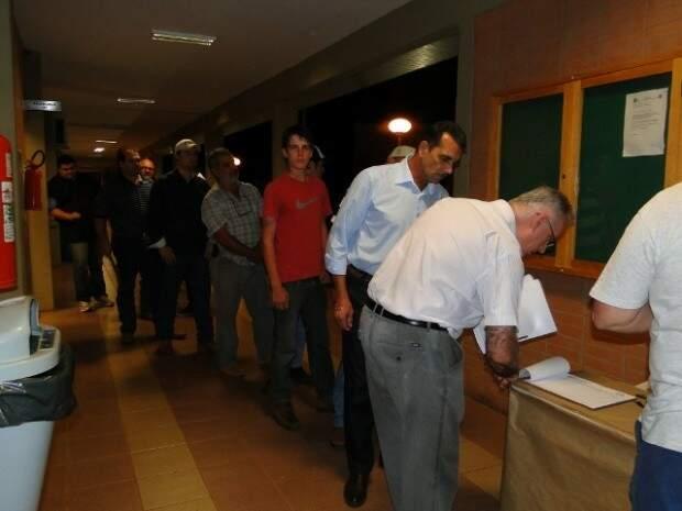 Os moradores tiveram que se registrar para entrar na reunião. (Foto: Naíra de Zayas)