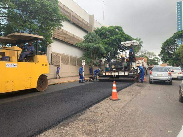 Equipes atuando em obras de recapeamento na Rua Bahia, região central da Capital (Foto: Direto das Ruas)