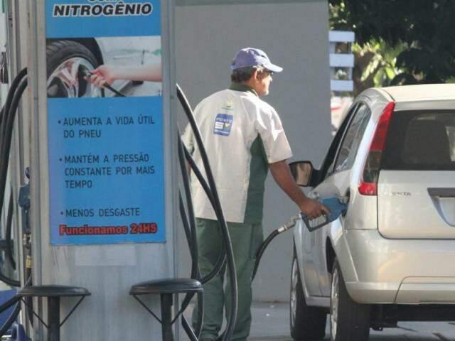 Carro abastece em posto de combustíveis nesta