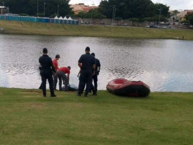 Jovem foi retirado do lago nesta manhã em Indaiatuba (Foto: Comando Notícia)