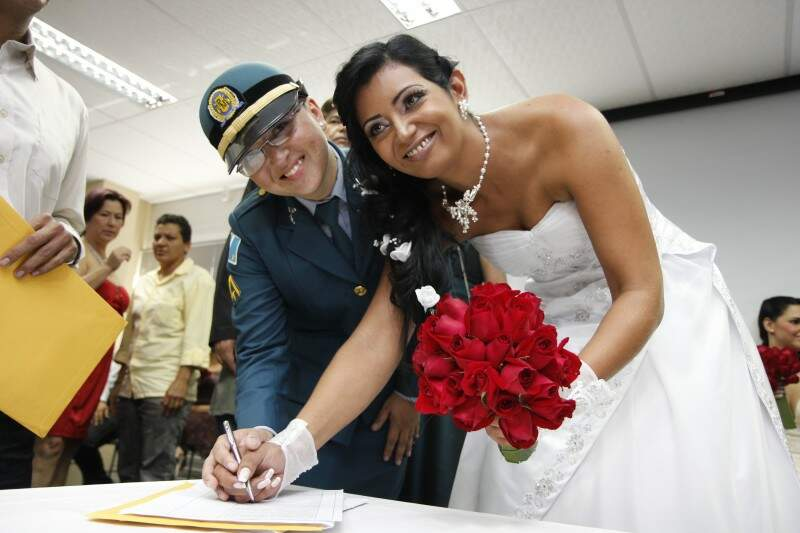 Por amor à mulher e à Polícia. Silvana Gomes casou fardada e Veronice de noiva. As duas agora assinam Lacerda.  (Fotos: Cleber Gellio)