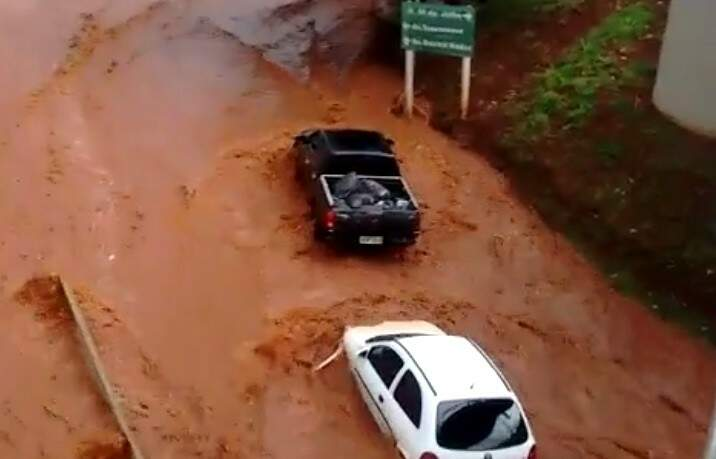 Veículos foram levados pela força da água por dezenas de metros (Foto: reprodução)