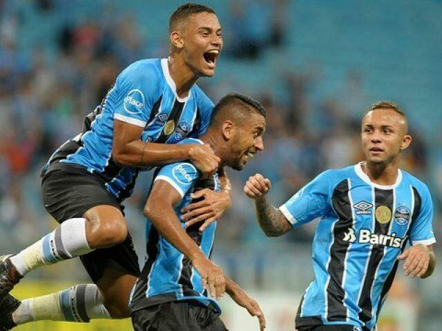 Jogadores comemorando um dos três gols do Grêmio, na partida. (Foto: Ricardo Rímoli/Estadão Conteúdo)