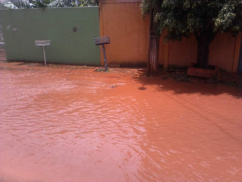 Rua ficou alagada após chuvas neste sábado. (Foto: Rosimar Mazzine)