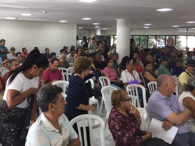 Contribuintes esperavam em sala lotada para atendimento que dava entrada no ressarcimento da taxa do lixo (Foto: Bruna Kaspary)
