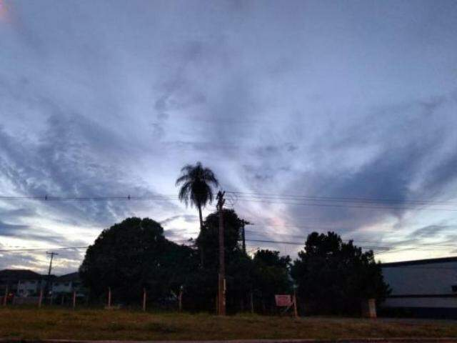 Amanhecer em Campo Grande visto da região norte da cidade (Foto: Mirian Machado)