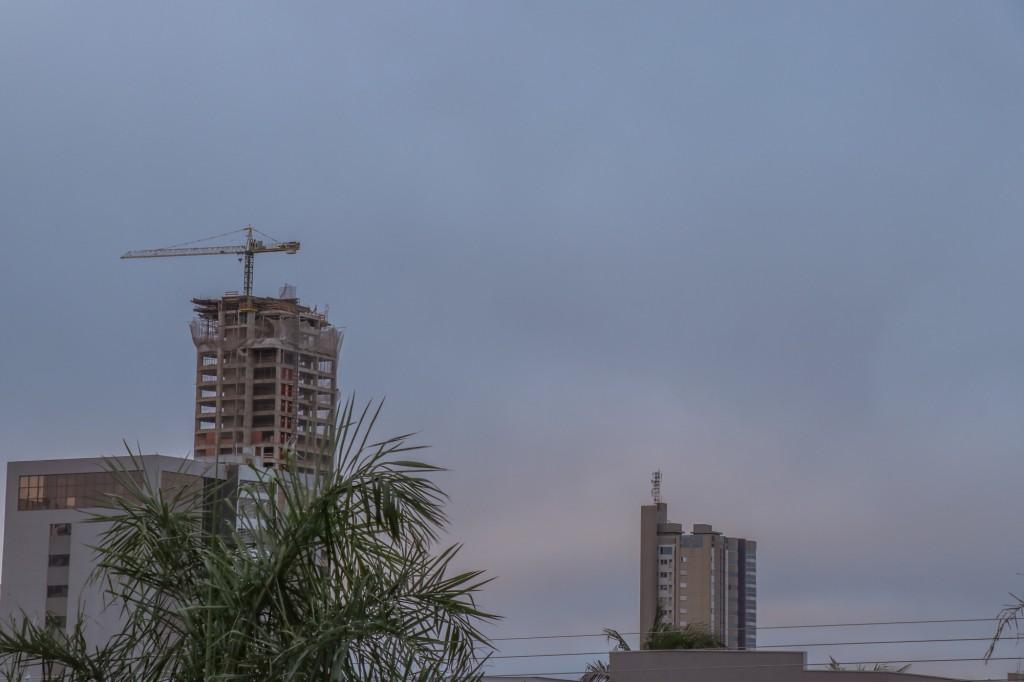 Céu nublado em Campo Grande ao amanhecer (Foto: Henrique Kawaminami)