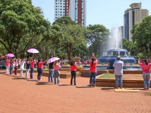 Durante ação os participantes deram abraço em alusão a campanha Outubro Rosa (Foto: Marcos Maluf)
